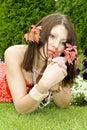 Droevige brunette met rode twijgen in haren Stock Foto
