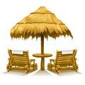 Duas plataforma-cadeiras da praia sob o guarda-chuva de madeira Fotos de Stock Royalty Free