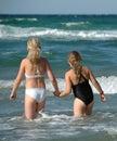 Duas raparigas e o oceano Imagem de Stock