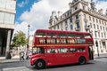 Dubbla decker bus i london uk Arkivfoton