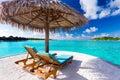 Due presidenze ed ombrelli sulla spiaggia tropicale Fotografie Stock Libere da Diritti