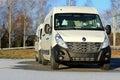 Dwa białego renault master samochodu dostawczego w zimie Zdjęcie Royalty Free