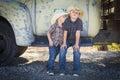 Dwa young boys jest ubranym kowbojskich kapelusze opiera przeciw antyk ciężarówce Fotografia Stock