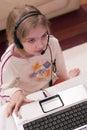 Dziewczyna komputerowy laptop Zdjęcia Royalty Free