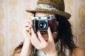 eński modniś bierze fotografię z retro kamerą Fotografia Stock