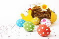 Easter basket and eggs cinque uova colorate e un cestino con della paglia sullo sfondo Royalty Free Stock Photos