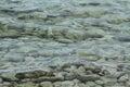 Eau de mer verte avec des roches Images libres de droits