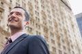 Edificio de smiling against blurred del hombre de negocios Imagenes de archivo