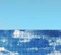 Edificio del negocio cielo azul y ventanas Imagen de archivo libre de regalías