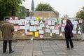 Edinburgh scotland uk – september independence referendum day people reading handwritten messages regarding on Stock Photography
