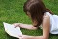 Education young piękna dziewczyna czyta książkę plenerową Zdjęcie Stock