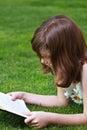 Education young piękna dziewczyna czyta książkę plenerową Fotografia Stock