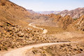 Een auto die pluimen van stof het drijven verlaten door de woestijn Stock Afbeeldingen