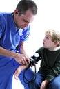 Een medische arbeider en jonge B Stock Afbeelding
