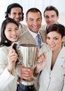 Een succesvol commercieel team dat een trofee houdt Stock Fotografie