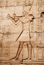 Egyptische beelden en hiërogliefen die op steen worden gegraveerd Stock Foto's