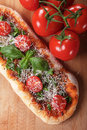Eigengemaakte pizza met basilicum en kersentomaat Royalty-vrije Stock Foto's