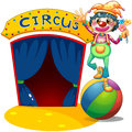Ein clown der über dem luftball balanciert Stockfoto