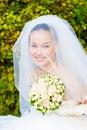 Ein Portrait der schönen glücklichen Braut unter Lizenzfreie Stockbilder