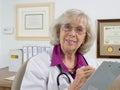 El doctor Asking Questions Imagenes de archivo