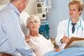 El doctor Talking To Senior Couple en sala Imagen de archivo libre de regalías