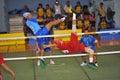 El hombre es alto bloqueando la bola en la red en el juego del voleibol del retroceso takraw del sepak Fotos de archivo libres de regalías