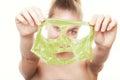 El mostrar de la mujer de la muchacha facial pela apagado la máscara cuidado de piel Fotos de archivo