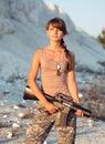 El soldado de sexo femenino joven se vistió en un camuflaje con un arma en el o Fotos de archivo