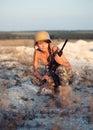 El soldado de sexo femenino joven se vistió en un camuflaje con un arma en el o Fotos de archivo libres de regalías