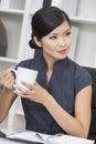 Empresaria asiática china drinking tea de la mujer o café Imagen de archivo
