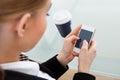 Empresaria que usa el teléfono móvil Foto de archivo libre de regalías