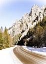 Prázdna cesta v zimných horách