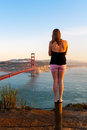 En flicka ser golden gate bridge i san francisco Fotografering för Bildbyråer