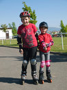 Enfants de mêmes parents sur des rollerskates Photo stock