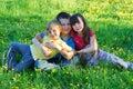 Enfants de mêmes parents dans un pré Photos libres de droits