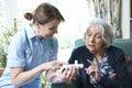 Enfermeira advising senior woman na medicamentação em casa Foto de Stock