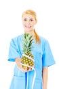 Enfermeira holding pineapple wrapped com fita métrica Imagens de Stock