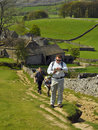 Engels platteland: familie die bergop wandelt Stock Foto