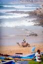 Equipaggi ed il suo cammello vicino al villaggio della spuma di taghazout marocco Fotografia Stock Libera da Diritti