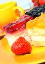 Erdbeere, Torte, Tasse Kaffee. Lizenzfreies Stockfoto