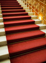 Escaliers couverts du tapis rouge Photographie stock libre de droits