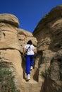 Escaliers s'élevants de femme dans les bad-lands Photographie stock libre de droits