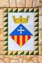 Escudo de armas de la ciudad de calafell en la pared de piedra vieja Fotos de archivo