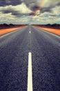 Estrada reta longa com recolhimento de nuvens de tempestade Foto de Stock