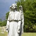 Estátua do anjo de guardião no cemitério. Imagens de Stock Royalty Free
