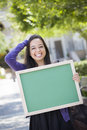 Estudante adolescente entusiasmado holding blank chalkboard da raça misturada Fotos de Stock Royalty Free