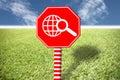 Etiquetas rojas con el mundo de las imágenes en hierba y el cielo azul Fotografía de archivo libre de regalías