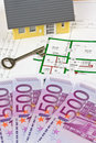 Euro notes et plan d'une maison Photos stock