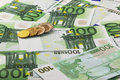 Eurobanknoten und M�nzen Stockfotografie