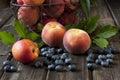 Färgrik sommar bär frukt nektariner och persikor på trätabellen Royaltyfri Bild
